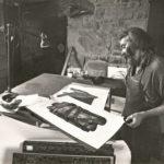 1975. François Béalu dans son atelier de Kerouzy, Plouguiel