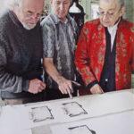 """2007. François Béalu, Luc Guérin, Michèle Broutta. Épreuves des bons à tirer du livre """"Sur la marge"""" à l'atelier Lacourière et Frélaut. Photo Jacques Faujour."""