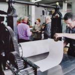 """2007. Gilles Plazy, Nathalie Gallissot, François Béalu, Luc Guérin. Épreuves des bons à tirer du livre """"Sur la marge"""" à l'atelier Lacourière et Frélaut. Photo Jacques Faujour."""