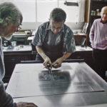 """2007. François Béalu, Luc Guérin, Gilles Plazy, Nathalie Gallissot. Épreuves des bons à tirer du livre """"Sur la marge"""" à l'atelier Lacourière et Frélaut. Photo Jacques Faujour."""