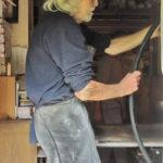 2014. François Béalu dans son atelier de Tréduder.